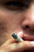 El consumo de tabaco se está desplazando de varones a mujeres y aumenta la mortalidad femenina por cáncer de pulmón