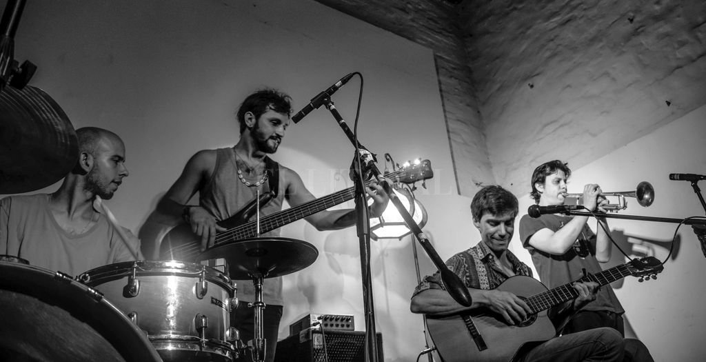"""""""Somos un grupo de amigos que se autoconvocó para tocar canciones propias. Canciones, de pies a cabeza, con una gran paleta de colores y ritmos musicales, que busca y reinventa una poética de la proximidad"""", sostiene Pedro Pagés. Crédito: Gentileza producción"""
