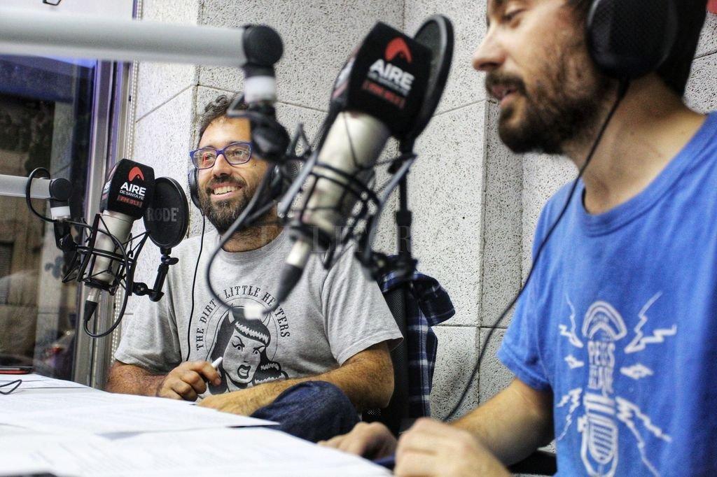 El programa encabezado por Guillermo y Leonardo Pez festejará con una fiesta en la que actuarán las bandas locales Andrés y la Forevermente y Pacho y lxs Limones. Crédito: Gentileza Loli Godoy