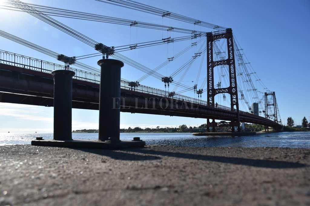 Símbolo. Si bien el hidrómetro que registra la altura del río Paraná en Santa Fe se encuentra en el Puerto, muchos tienen como referencia los pilotes del Puente Colgante. <strong>Foto:</strong> Flavio Raina