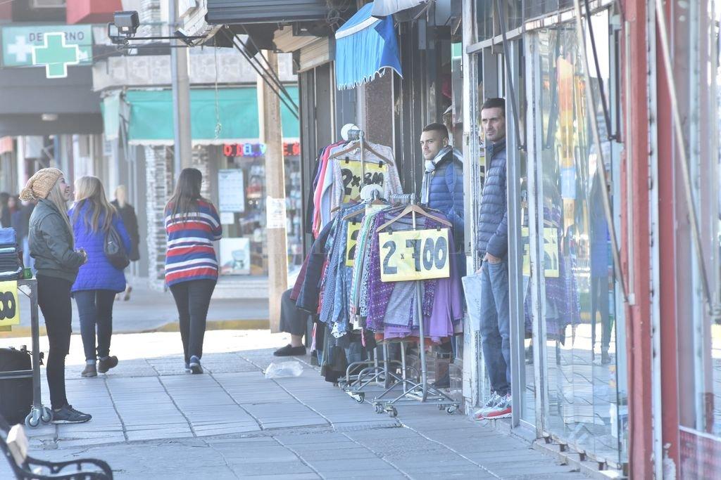 """En alerta. Cada vez son más los motochorros que pasan por la avenida y """"manotean"""" indumentaria de los percheros. Flavio Raina"""
