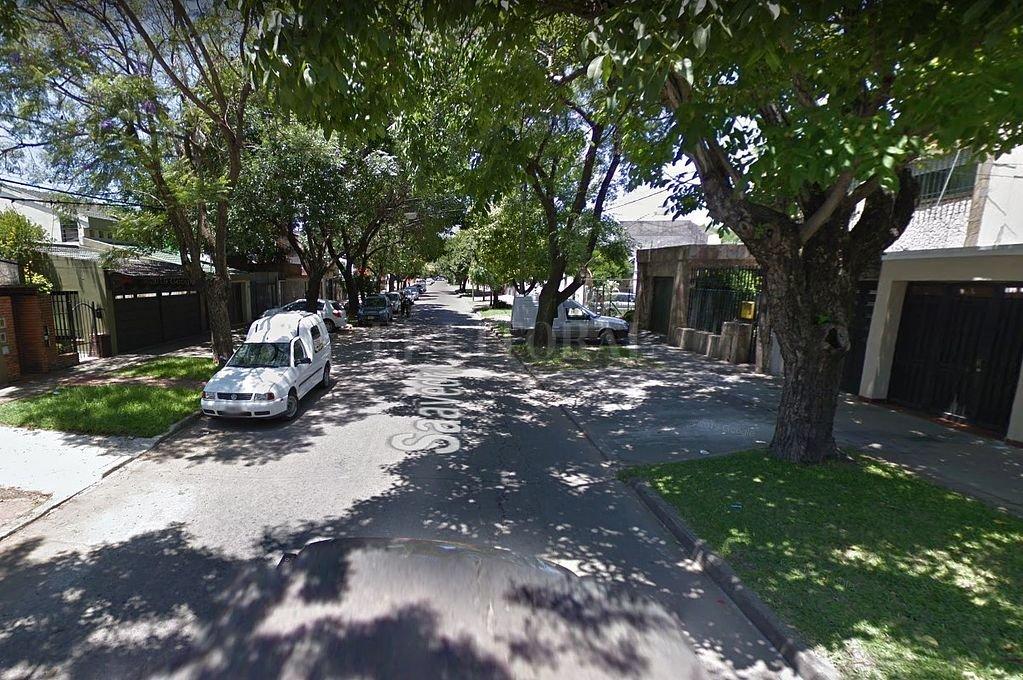 Calle Santiago al 3500, lugar desde donde la mujer logró escapar. Crédito: Captura digital - Google Maps Streetview