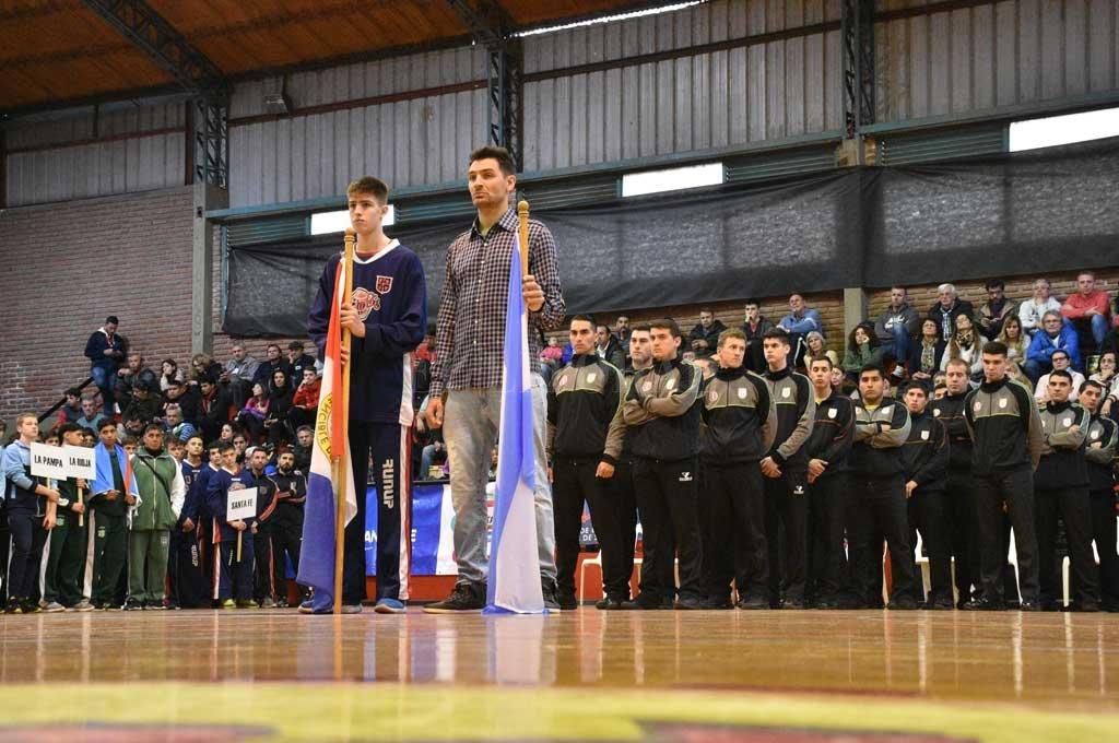 Carlos Francisco Delfino portó la bandera nacional en la inauguración del 28º Campeonato Argentino. <strong>Foto:</strong> Luis Cetraro