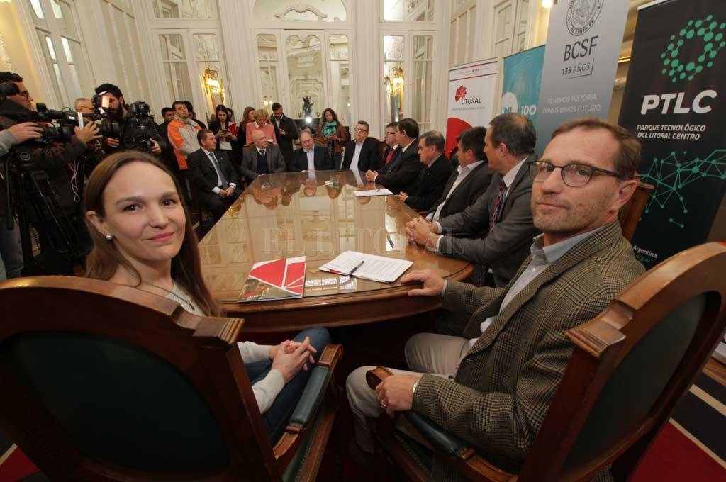 Luciana Travaini de InbioAr y Carlos Pérez de Bioheuris, ayer en la Bolsa santafesina. Crédito: Mauricio Garín