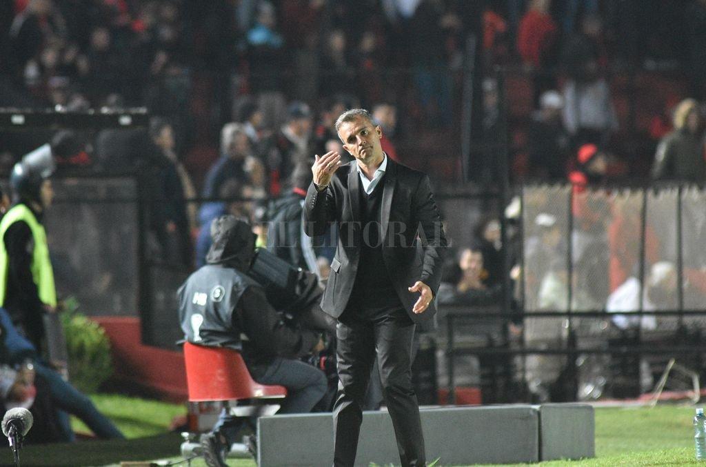 Pablo Lavallén dando indicaciones en el partido del martes pasado ante River de Montevideo en el Centenario. Festejó mucho los goles, sobre todo cuando Colón dio vuelta el resultado, que era adverso en el principio. <strong>Foto:</strong> Manuel Fabatia