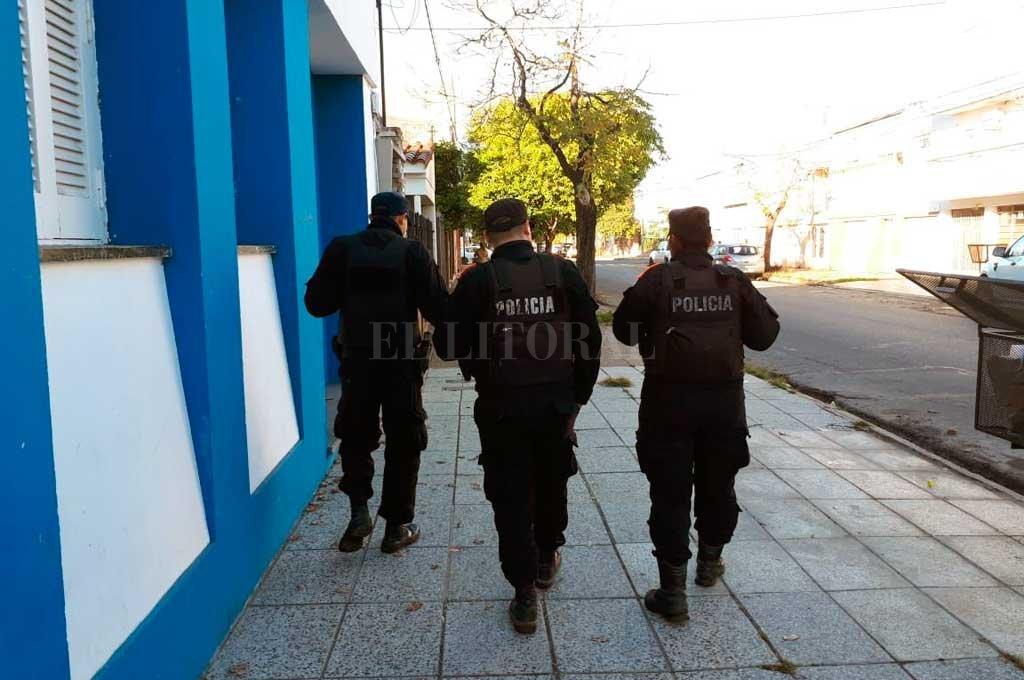 Durante la mañana del lunes, personal policial recorría la zona de Zavalla al 2800. <strong>Foto:</strong> Danilo Chiapello