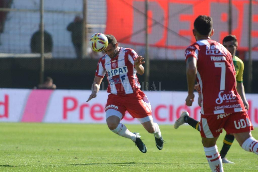 Fue marcador de punta y también central. Claudio Corvalán cumplió, jugó 11 partidos en la última Superliga y es un jugador útil para Madelón. Seguirá un año más. <strong>Foto:</strong> Luis Cetraro
