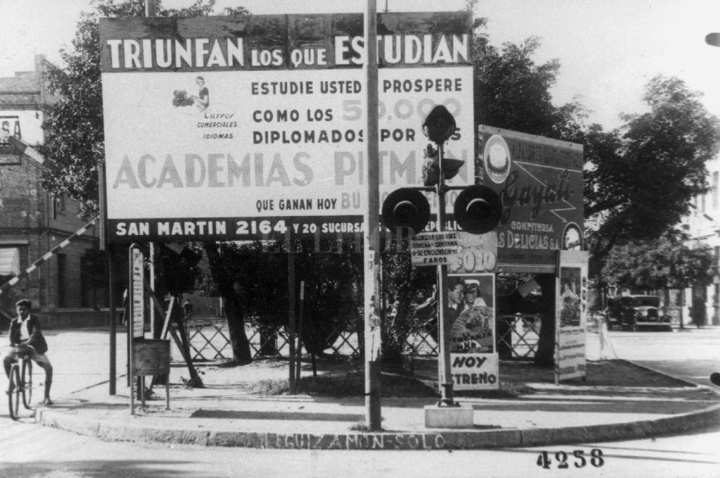 """""""El que estudia, gana"""". Un cartel en Rivadavia y Bulevar invita a inscribirse en la Academia Pitman, que tuvieron gran auge en la década de 1940. <strong>Foto:</strong> Archivo El Litoral"""