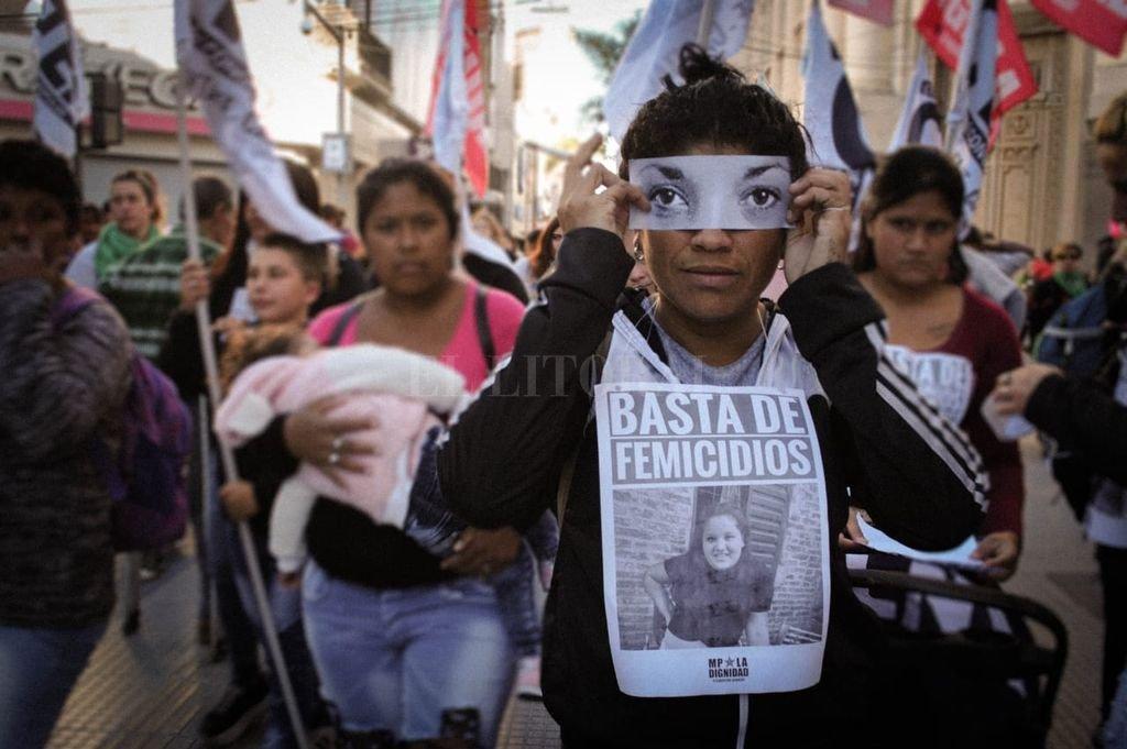 Este lunes, se realizó una intervención fotográfica en el marco de la movilización organizada por la mesa Ni Una Menos Santa Fe. Fotógrafas Feministas