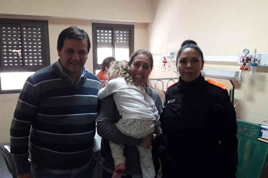 Final feliz. La pequeña Paula, junto a sus padres y la subjefa de Cuerpos de P. C., Patricia Meza. Crédito: Gentileza