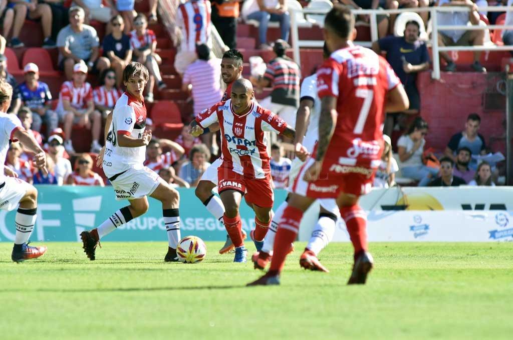 El uruguayo Zabala, uno de los jugadores más regulares y destacados de Unión en los últimos dos torneos. Su nombre sonó —y suena— en Central; pero Newell's parece que también vendrá a la carga por él. <strong>Foto:</strong> Manuel Alberto Fabatía