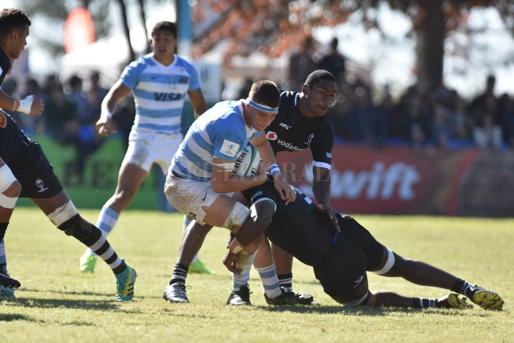 """""""Manu"""", dando muestras de fortaleza y capacidad, ante la doble defensa fijiana. <strong>Foto:</strong> Luis Cetraro"""