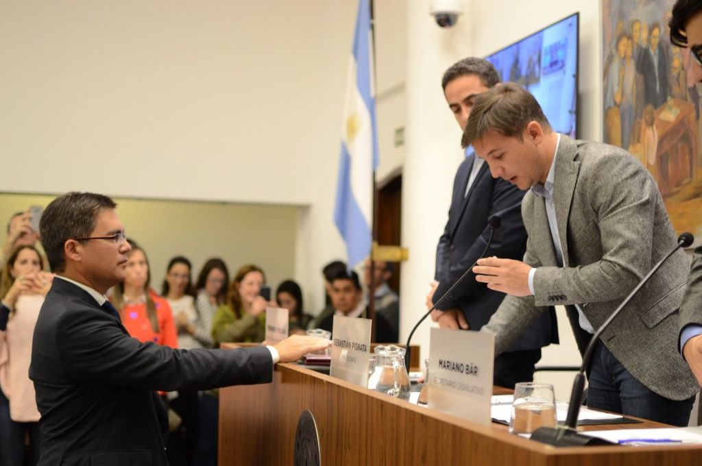 El tercer integrante del Tribunal de Cuentas Municipal, el CPN Néstor Darío Mejías, durante su jura ante el presidente del Concejo. Crédito: Gentileza Prensa Concejo
