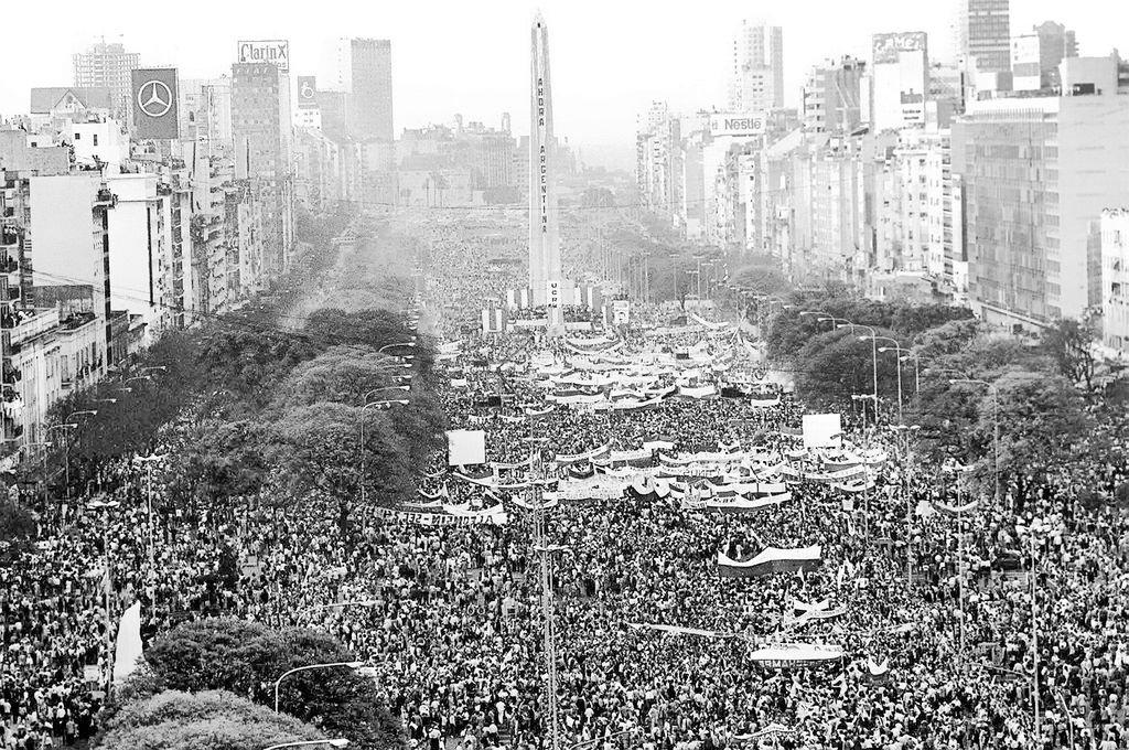 Octubre de 1983. Histórico cierre de campaña de Raúl Alfonsín en Buenos Aires. Volvía la democracia. El Siglo XX ha terminado definitivamente y con él los multitudinarios actos. Hoy las estrellas son las herramientas tecnológicas, Big Data, Small Data, Micro Data. <strong>Foto:</strong> Archivo El Litoral