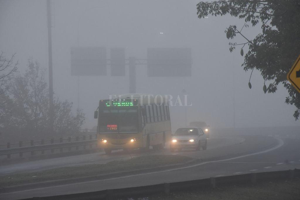Accesos poco visibles. La niebla puso en alerta a los automovilistas en el puente Oroño y en los distintos caminos de acceso a la capital provincial. <strong>Foto:</strong> Flavio Raina