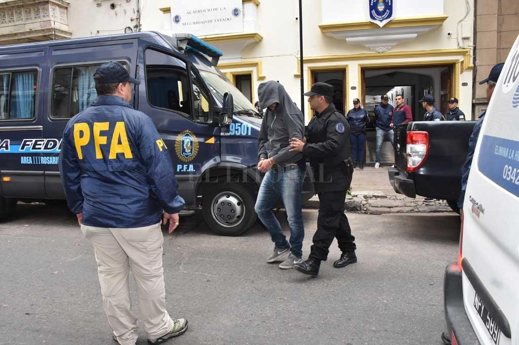 El 9 de mayo, personal de Asuntos Internos de la Policía Federal de Buenos Aires allanó la delegación local de la fuerza en calle San Martín 3381, donde secuestró 88 bochas de cocaína escondidas en un baño. <strong>Foto:</strong> Flavio Raina