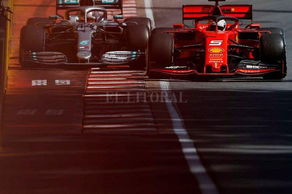 Tras despistarse Vettel volvió a pista de manera peligrosa, según el comisariato deportivo. La imagen muestra lo cerca que estuvieron de chocar el alemán y Hamilton, que quedó a milímetros del muro. Crédito: Captura digital