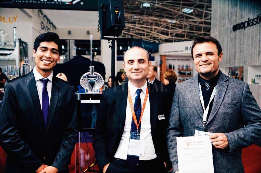 Sergio Lira, finalista en 2017; Mario Biffi, diseñador y tutor de Bruni Glass; y Gonzalo Savogin, director de la carrera; posan junto al modelo fabricado en material de Plexiglass, que deberán exponer los finalistas en Italia. <strong>Foto:</strong> Gentileza UCSF