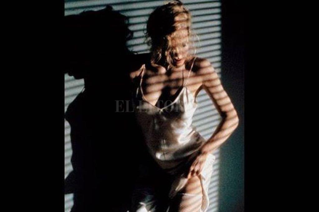 """Kim Basinger danza para Mickey Rourke mientras Joe Cocker canta """"You Can Leave Your Hat On"""" (Puedes dejarte el sombrero puesto). Crédito: Archivo El Litoral"""