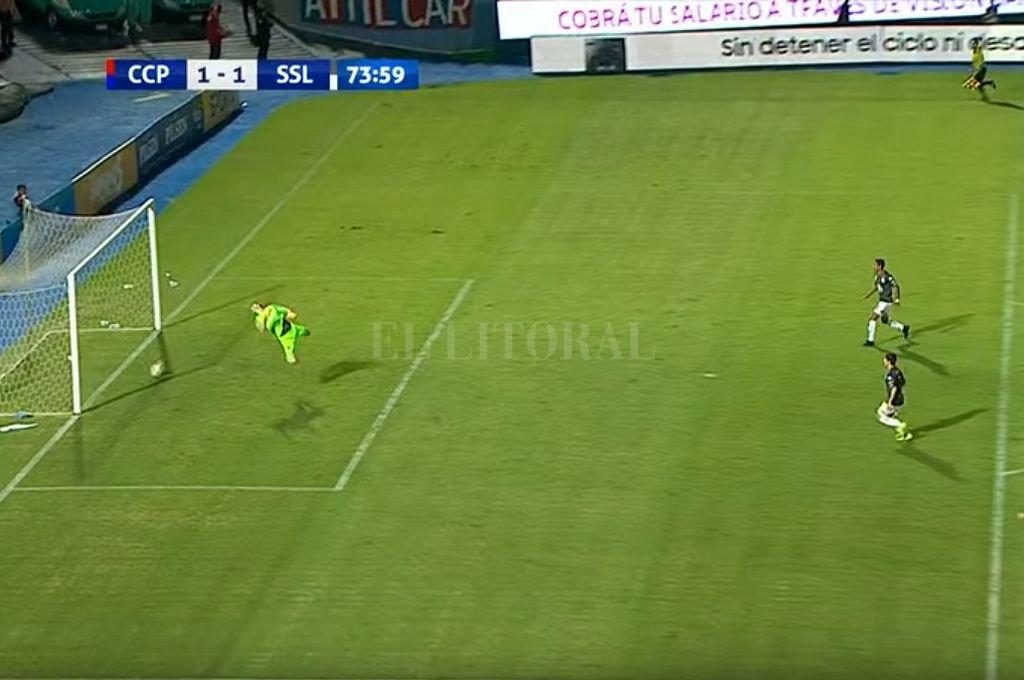 El remate de un jugador de San Lorenzo de Paraguay dio en el travesaño y picó claramente fuera del arco, pero convalidaron el gol. <strong>Foto:</strong> Captura digital