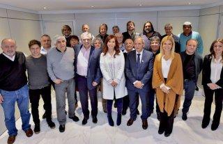 Alberto, Cristina, Kicillof y Magario se reunieron con el sindicalismo opositor - Todos juntos. Candidatos y dirigentes sindicales posaron luego del encuentro.  -