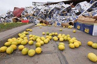 Un camión volcó con 30 toneladas de limones en la Circunvalación de Rosario