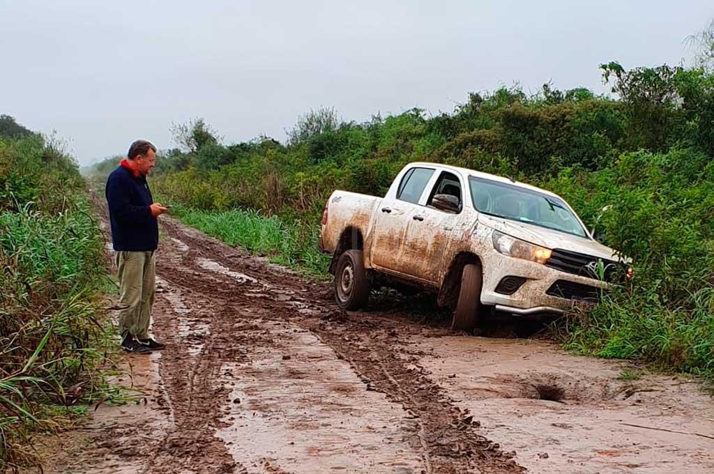 """INTRANSITABLE. Así quedó esta """"chata"""" cuando intentó avanzar por un camino rural de Montefiore. <strong>Foto:</strong> Gentileza"""