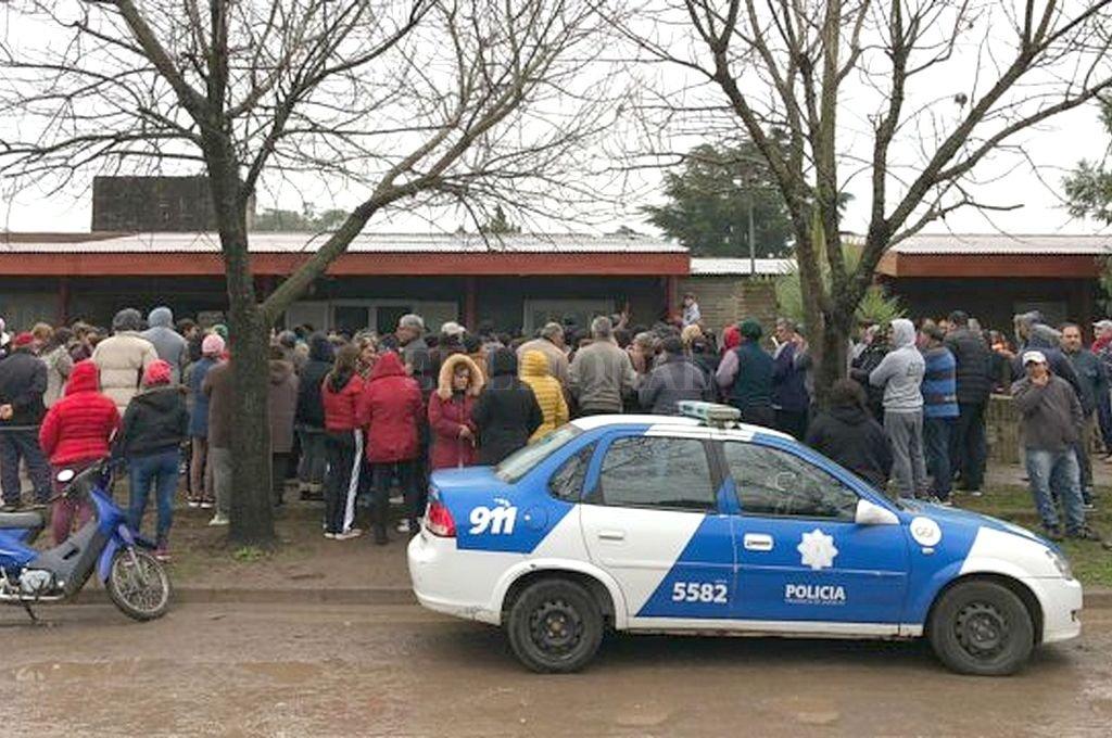El pueblo se manifestó frente a la comisaría local para pedir el esclarecimiento del crimen. <strong>Foto:</strong> IRE Información Regional