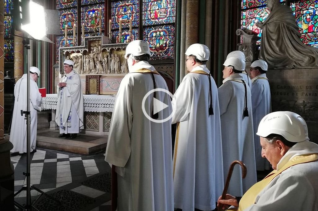 Video: con sacerdotes con casco de obra, Notre Dame volvió a celebrar una misa
