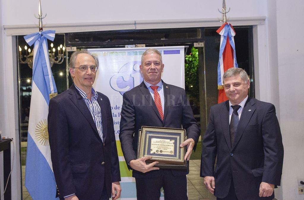 Entrega de la distinción del Prosecretario Penno al Ingeniero Raimondi. <strong>Foto:</strong> Gentileza