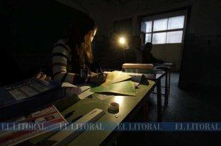 Una jornada electoral que empezó iluminada por las linternas de los celulares -  -