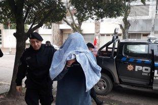 Quedó en prisión el comisario que abusó de una amiga de su hija - Con el rostro cubierto y las manos esposadas, el comisario fue conducido a la sede judicial. -