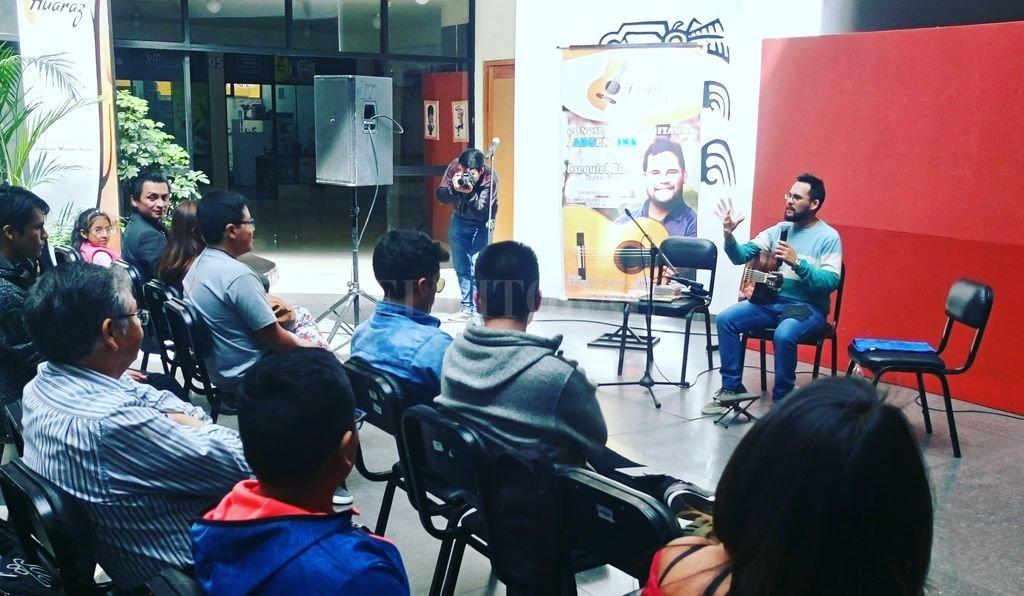 El guitarrista Exequiel Ricca, también docente especializado en ese instrumento, propuso una serie de espacios de formación en tierras peruanas.  <strong>Foto:</strong> Gentileza Exequiel Ricca