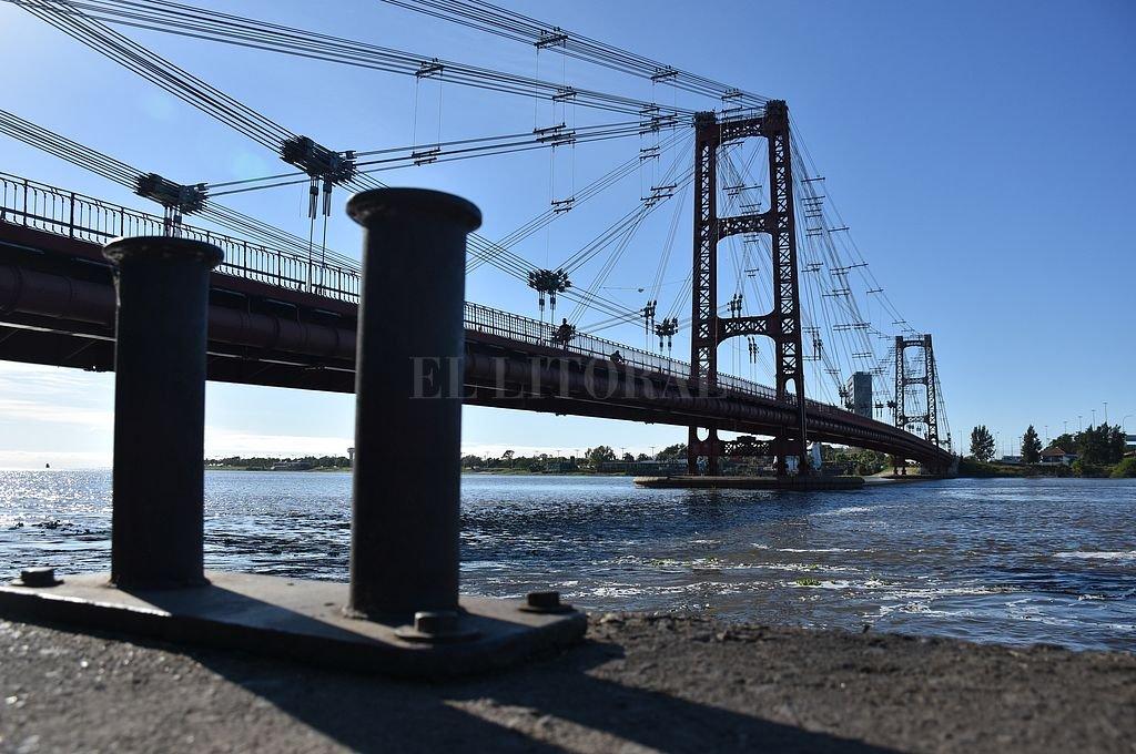 Buscan a un hombre que se arrojó desde el Puente Colgante tras cometer un robo