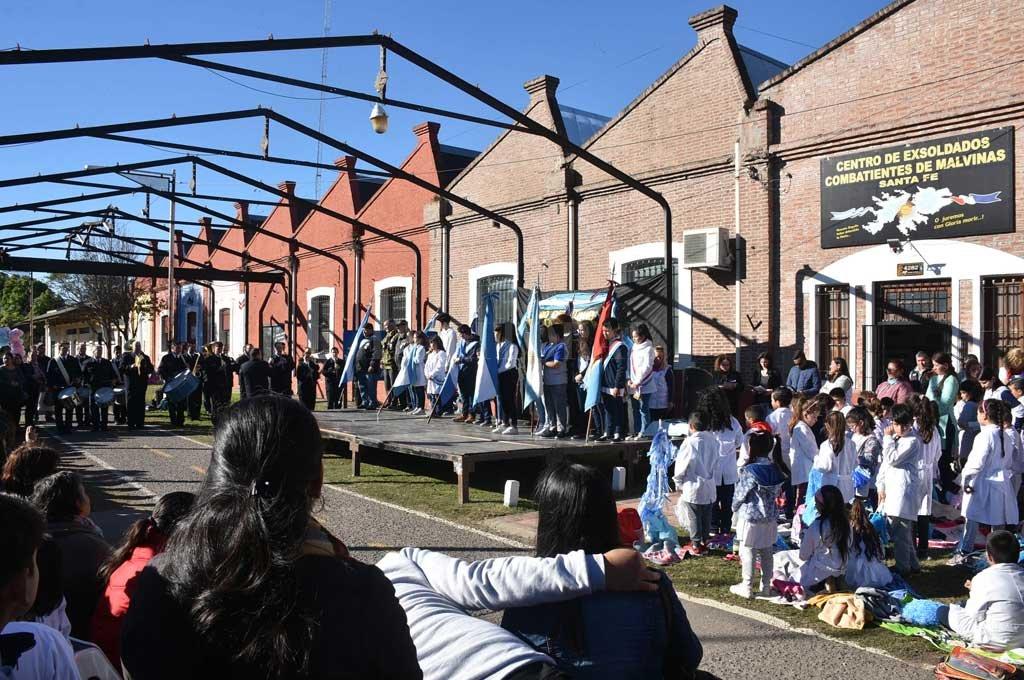 El acto cívico por el Día de la Bandera convocó a unos 400 alumnos, familias y docentes, en la sede local de los excombatientes, y en compañía de una agradable tarde de sol. Luis Cetraro