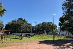 """""""Plaza de las Banderas"""": de cava y laguna, a pulmón verde de barrio Candioti - Así luce hoy la Plaza 20 de Junio o de """"de las banderas"""", como se la conoce popularmente -"""