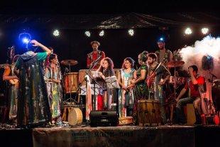 """Emparche: ritmos nuevos, nuestros aires compartidos - El ensamble de percusión, en uno de sus shows destacados del año pasado: tocando junto a Verónica Condomí, en el marco del ciclo """"Secretos del timbó"""". -"""