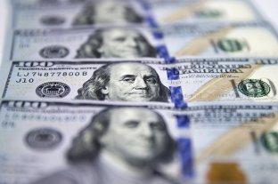 El dólar retrocede 32 centavos y baja la barrera de los $ 44 -  -