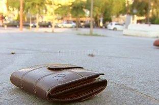 """""""Billeteras perdidas"""": qué lugar ocupa la Argentina en el ránking de honestidad ciudadana"""