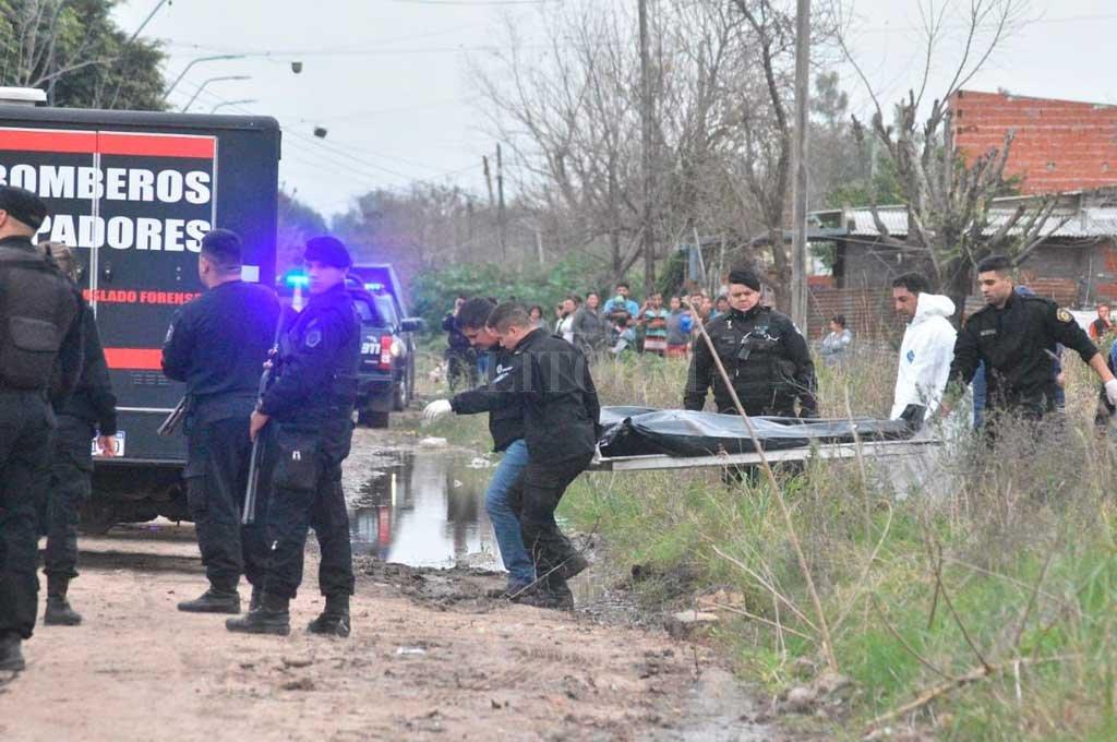 El cuerpo fue retirado cerca de las 18, a bordo de la morguera de la Agrupación de Bomberos Zapadores. <strong>Foto:</strong> Luis Cetraro