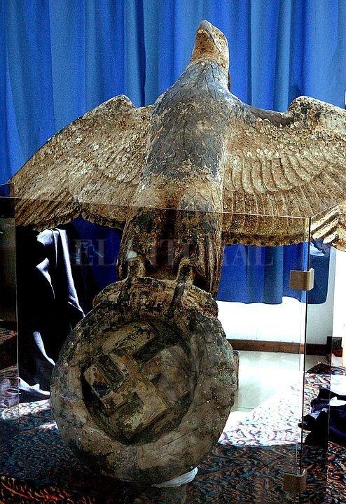 Águila con la cruz esvástica rescatada del naufragio, en el Río de la Plata. Archivo El Litoral