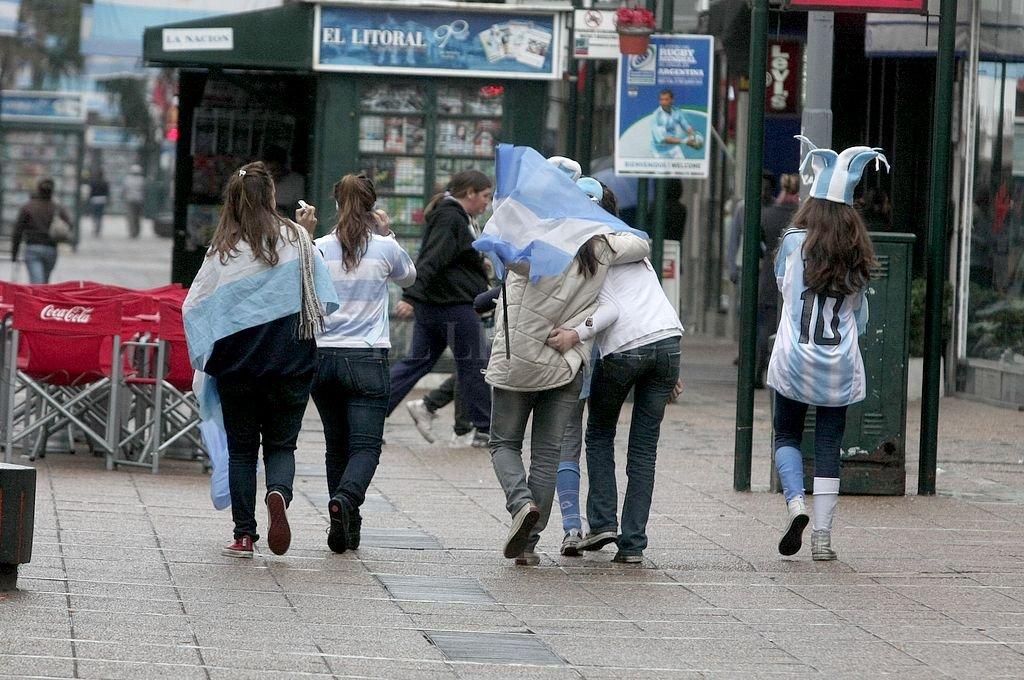 Época de mundiales. La publicidad insiste cada cuatro años en meterse en nuestros corazones patrióticos, entonces los balcones y los taxis se llenan de banderas, las camisetas se llevan a pecho inflado, todos nos sentimos más argentinos que nunca. Crédito: Archivo El Litoral