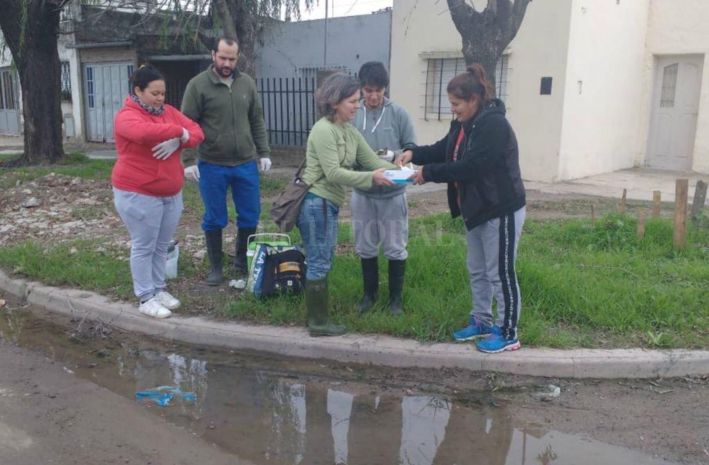 Participación. Los vecinos proponen las zonas de los barrios y los investigadores toman muestras para analizar en el laboratorio.  <strong>Foto:</strong> El Litoral