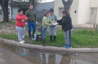 B° Chalet: analizan agua y barro para combatir el dengue y la leptospirosis  - Participación. Los vecinos proponen las zonas de los barrios y los investigadores toman muestras para analizar en el laboratorio.