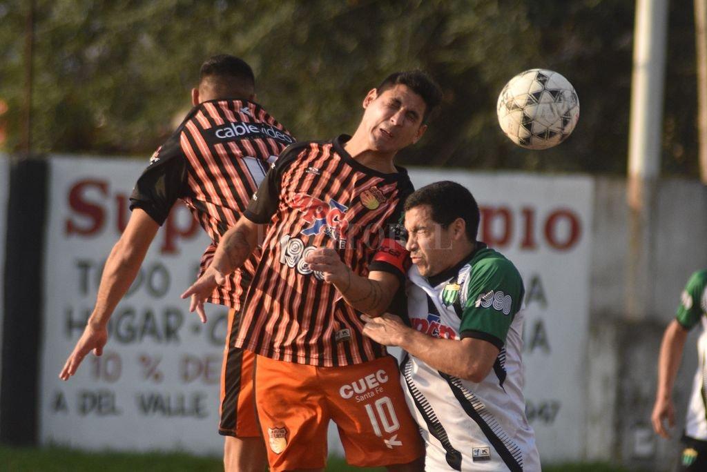 No decepcionaron. Había expectativa en el encuentro entre Las Flores y Loyola, y ambos cumplieron. <strong>Foto:</strong> Luis Cetraro