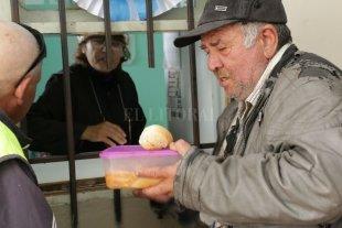 La heladera social de la iglesia Luján entrega más de 150 raciones por día  - El plato del día. Para muchos, la porción que reciben al mediodía significa la única comida caliente del día.