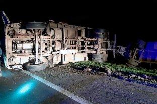 Volcó un camión en la autopista Santa Fe - Rosario -  -