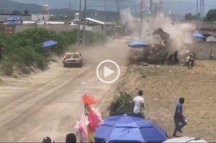 Video: un auto se estrelló contra el público en una carrera