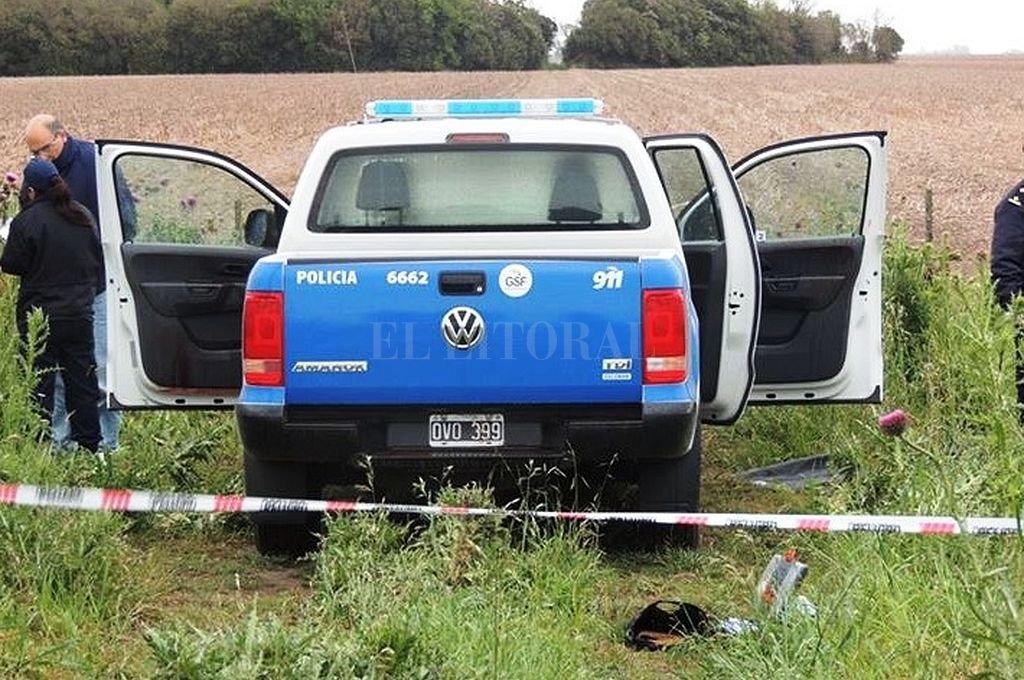 Patrullero en el que fue hallado el cuerpo de Delgado, en un campo de la localidad de Miguel Torres. Crédito: Archivo El Litoral