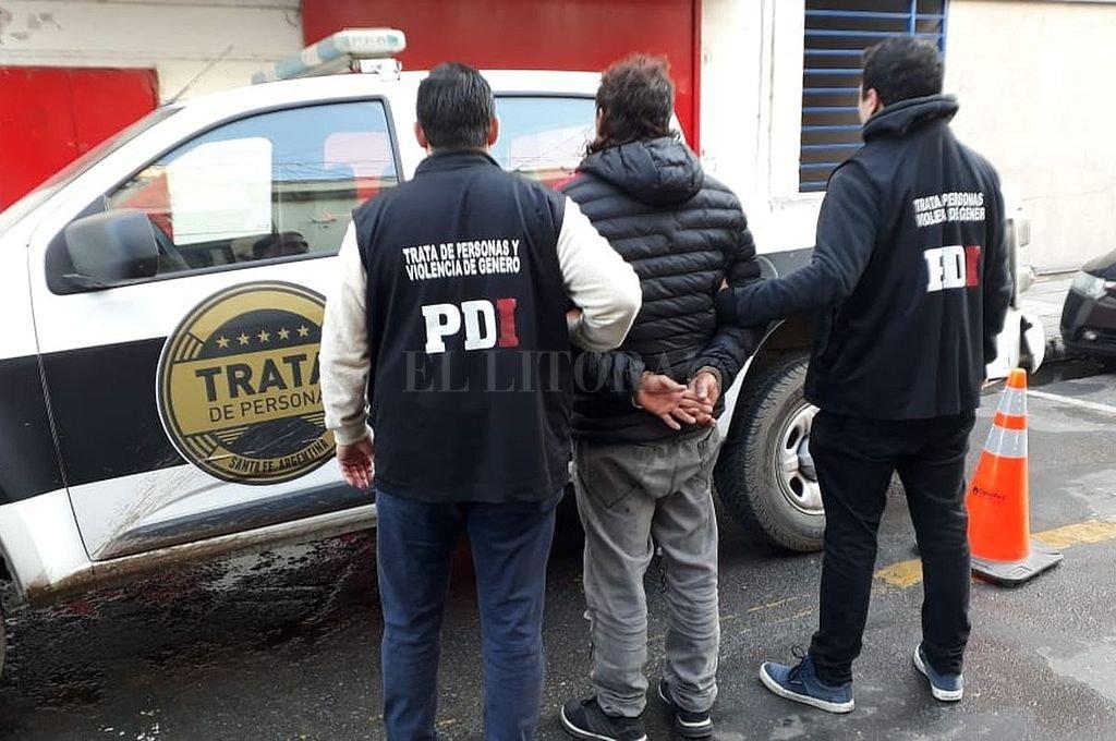 El momento en que se produce la captura en barrio Villa Setúbal. <strong>Foto:</strong> Prensa Ministerio de Seguridad
